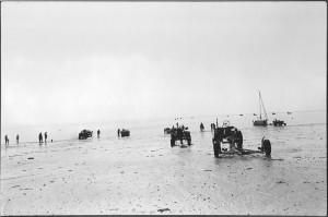 Fischer am Strand beim Trailern ihrer Fischerboote